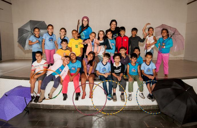 Crianças do Projeto Curupira apresentam-se para idosos em Araguari