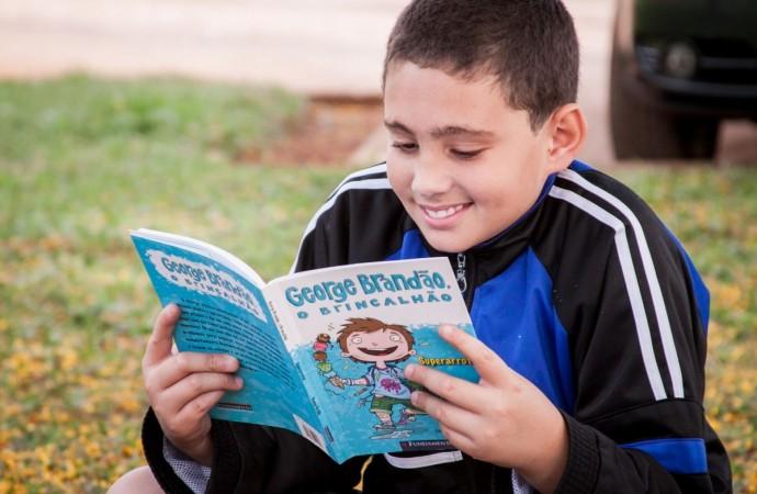 """""""Dedo de Verso"""" oferece prática de criação literária para 120 alunos da periferia de Uberlândia"""