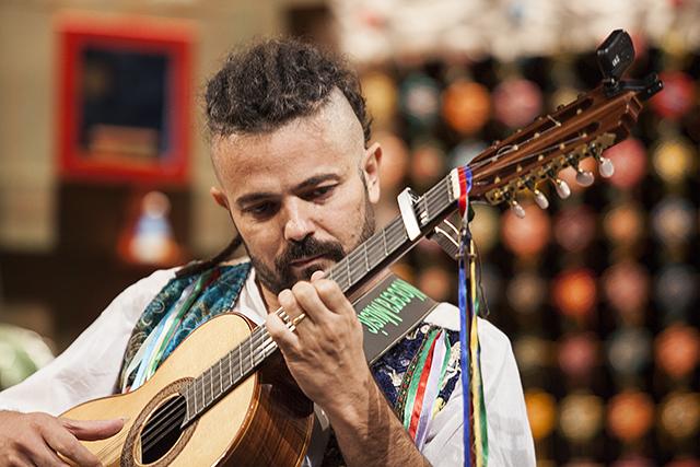 LUIZ SALGADO(VOZ-VIOLAO) XANDE TANÚS (VIOLAO) LUCAS ROZA (BAIXOLAO) JACK WILL (PERCUSSAO)