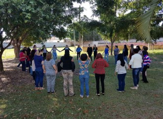 Cia Cultural EMCANTAR realiza oficinas para 300 educadores de Araguari e Uberaba