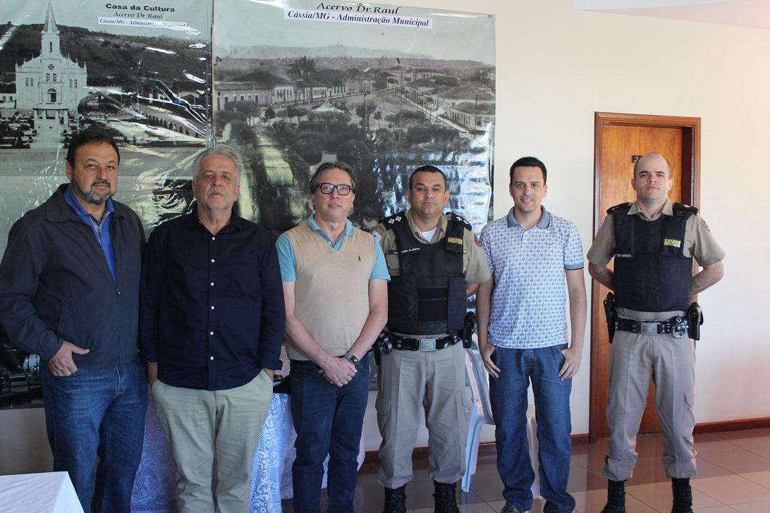 Diretor da Earth Brasil, Plínio Pereira, com Prefeito de Cássia, Marco Leandro, e representantes da Polícia Militar