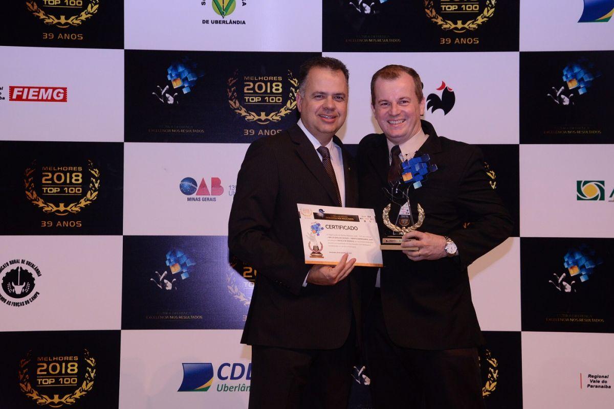 Murilo Natal, diretor da inFlux Uberlândia, recebendo troféu